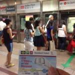 足もとに注意してください。シンガポールの地下鉄に表示されていた気づかいの英語。