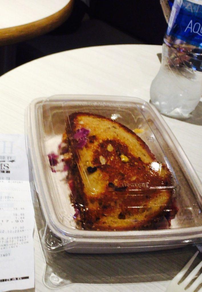 bread 708x1024 【機内食を英語で】機内食はいつまでビーフorフィッシュなのだろうか?